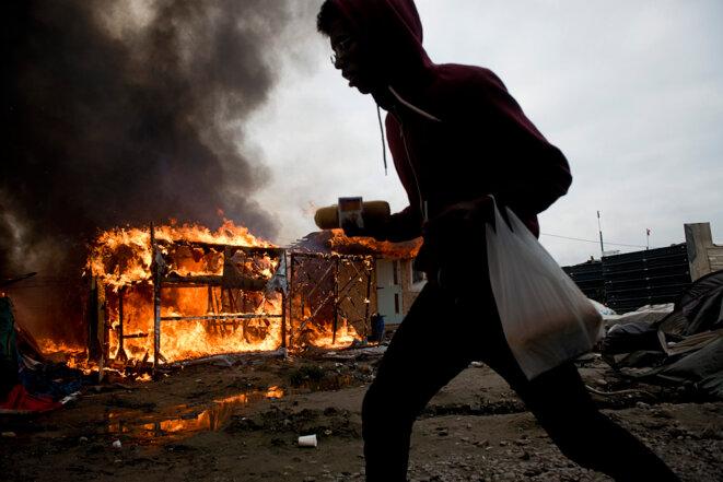 """A Calais, les dernières heures des migrants dans la """"jungle"""""""