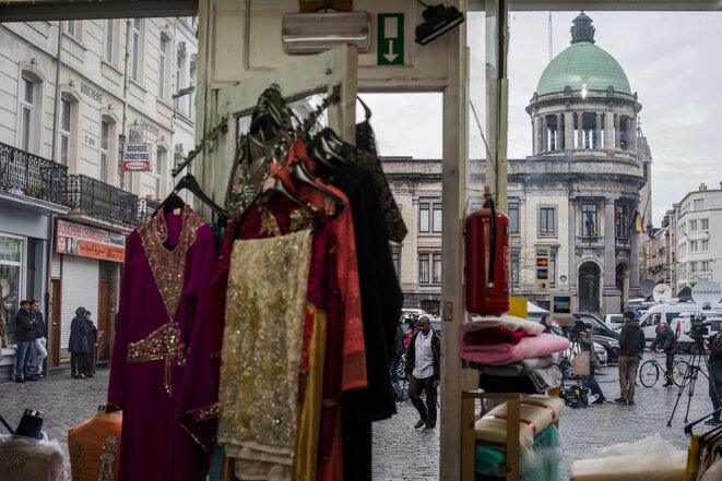 La plaza de la ciudad desde el comercio pakistaní en la planta baja del edificio donde vive la familia Abdeslam. © Pauline Beugnies- Out Of focus