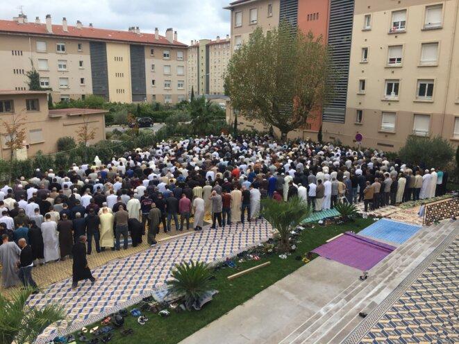 Prière à l'extérieur de la mosquée de Fréjus, le vendredi 5 novembre 2015. © Association Al Fath