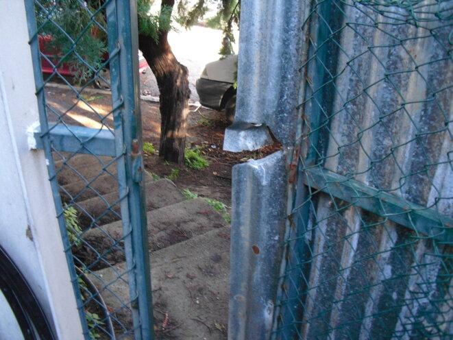 La grille du squat le Massicot, à Ivry, forcée par la police le 26 novembre.