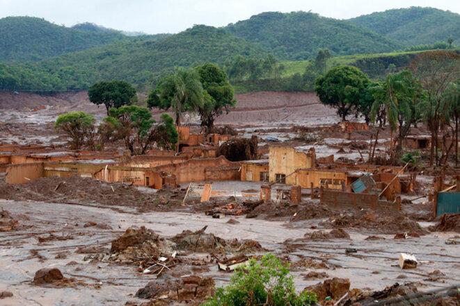 Le village de Bento Rodrigues après le passage de la coulée de boue © Rogério Alves/TV Senado