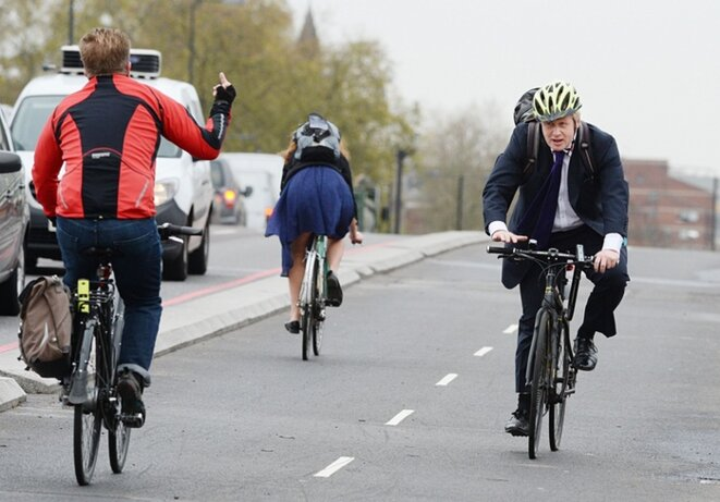 Boris Johnson, le maire de Londres, sur la piste cyclable de Vauxhall Bridge ouverte le 20 novembre 2015. © John Stillwell / PA