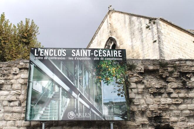 Le médiapôle, avec en arrière-plan, la chapelle St-Blaise © Polomé
