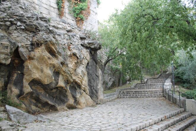 Le rocher calcaire sert de socle au rempart vers la porte Auguste © Polomé