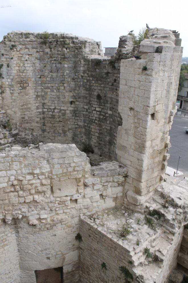 La tour des Mourgues, romaine puis modifiée au Moyen Âge pour résister aux boulets © Polomé
