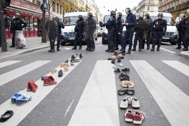 Place de la République à Paris dimanche en début d'après-midi: des chaussures pour représenter des manifestants empêchés de manifester © Jean de Peña