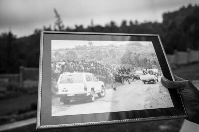 Un guide rwandais montrant une photo de l'armée française à Bisesero durant le génocide. © Thomas Cantaloube/Mediapart