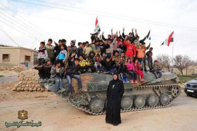 Les enfants des villages libérés par l'armée syrienne des mercenaires de l'OTAN jouent sur un chars...plus qu'une image, une vérité que les médias tentent de gommer