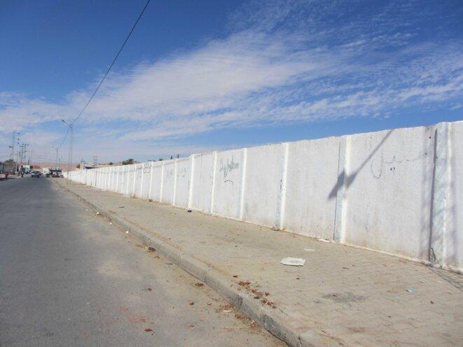 Le mur le long de la voie ferrée divise la ville de Metlaoui en deux quartiers où résident des tribus distinctes