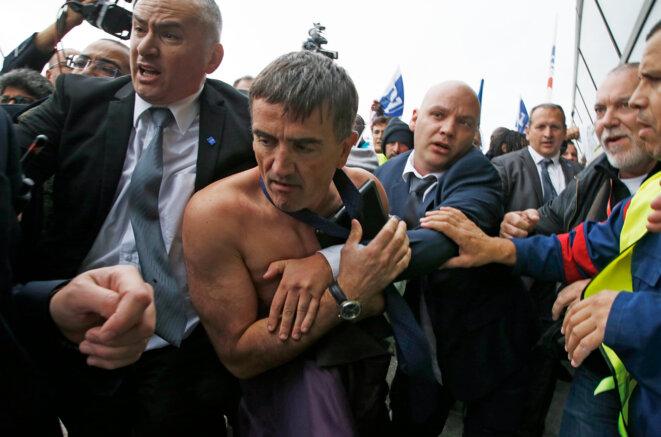 Xavier Broseta escorté par des vigiles, le 5 octobre 2015. © Reuters - Jacky Naegelen