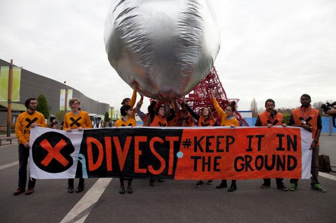 Action du réseau militant 350.org en faveur du désinvestissement sur le site de la COP21 (©A vifs).