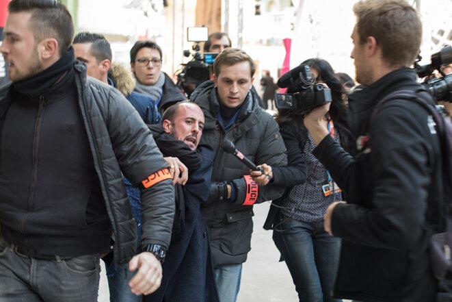 Un militant conduit vers la sortie du Grand Palais © Jean de Peña du Collectif À-vif(s)