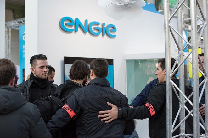 Policiers en civil devant le stand d'Engie © Jean de Peña du Collectif À-vif(s)