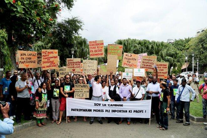 """Marche de protestation pacifique dans les rues de Port-Louis, capitale de l'île Maurice, mercredi 25 novembre 2015, organisé par le collectif """"Aret Kokin Nu Laplaz"""" (AKNL)"""