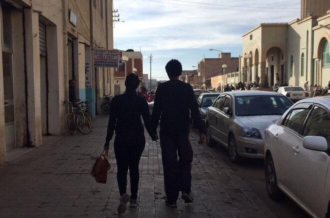 Couple se donnant la main dans la rue à Asmara (Erythrée)