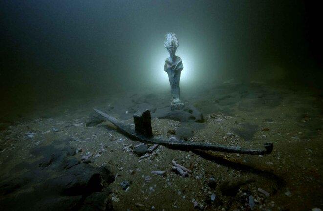 Osiris en bronze et barque votive en plomb posés sur les fonds de la baie d'Aboukir