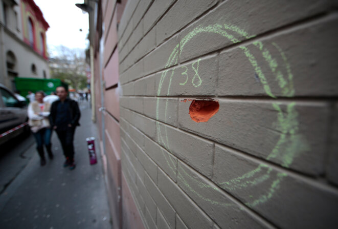 A bullet impact on a wall close to the Bataclan theatre. © Reuters