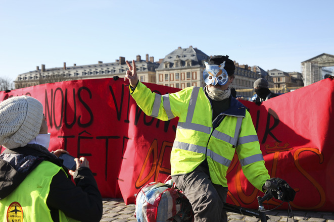 Arrivée du convoi des ZAD devant le château de Versailles, à la veille de la COP21, le 28 novembre 2015 © à-vif(s)