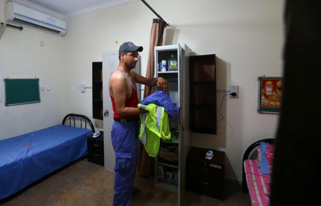 Ouvrier dans sa chambre au Qatar