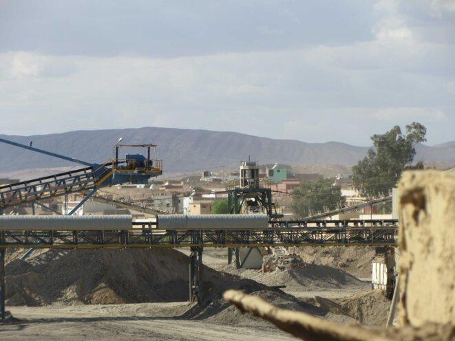 A Moulares, l'usine de lavage du phosphate est en plein centre.