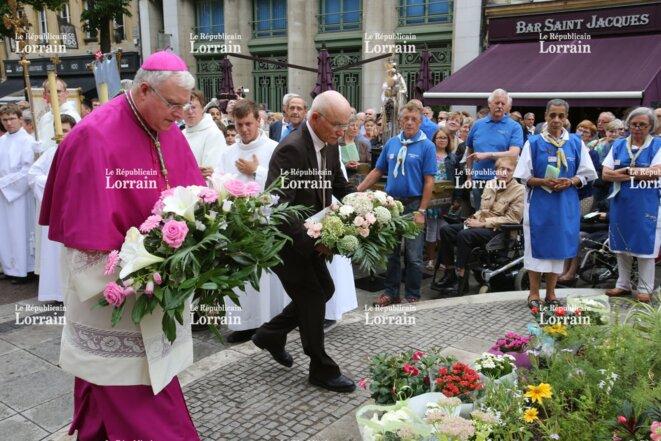 Dominique Gros et l'évêque de Metz déposent une gerbe à la Vierge Marie