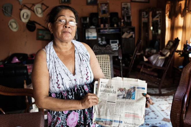 L'épouse d'Escuelita tient un journal signalant que la police intimide les opposants au Canal © Jean de Peña