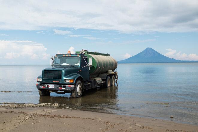 Des camions-citernes viennent régulièrement s'approvisionner en eau potable dans le lac Nicaragua pour ravitailler les villages alentour. © Jean de Peña - Collectif À-vif(s)