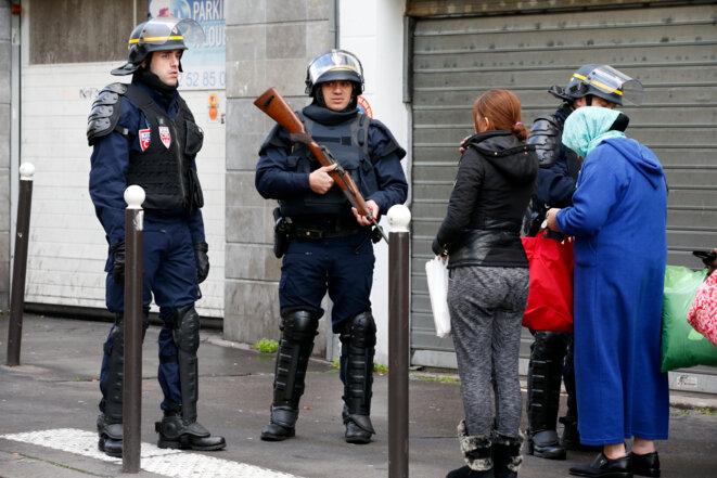 Des policiers contrôlent les passants après l'attentat contre le commissariat du 18e arrondissement © Reuters