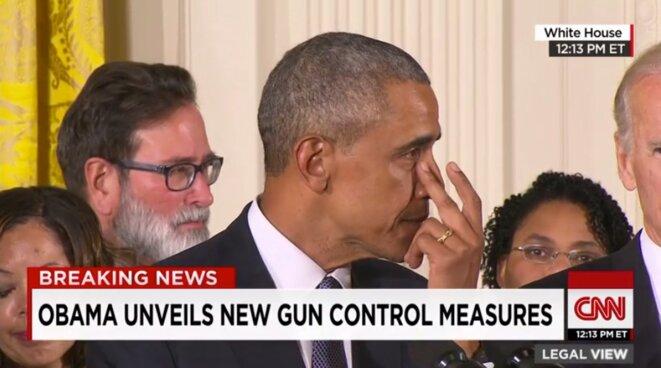 Obama essuie une larme le 5 janvier 2016 lors de la présentation d'une série de timides mesures pour lutter contre la prolifération des armes à feu. © Capture d'écran CNN
