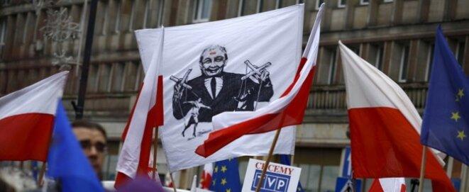 Manifestation en défense de la télévision publique polonaise, le 9 janvier 2016. Une banderole représente Jarosław Kaczyński, le chef du PiS, en marionnettiste. © Reuters