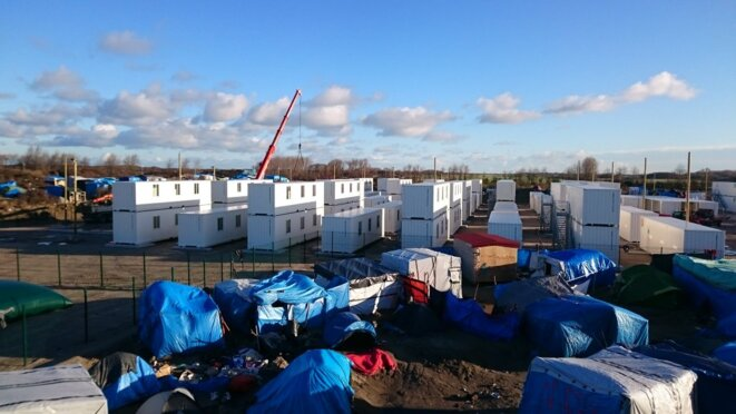 """Ce matin installation de containers dans la jungle de Calais"" © twitter / G. Destombes"