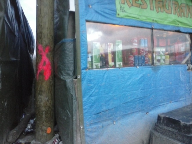Le restaurant de Rachid et la marque rose délimitant la zone à détruire. © Haydée Sabéran