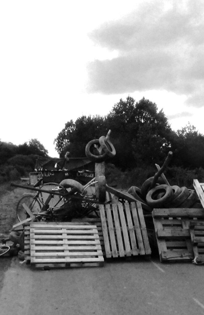Une barricade sur la ZAD (photo extraite de Défendre la ZAD).
