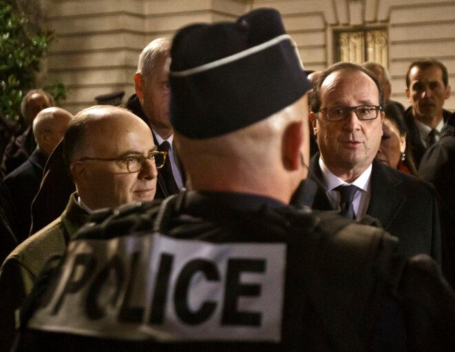 Bernard Cazeneuve et François Hollande le 31 décembre 2015 © Reuters