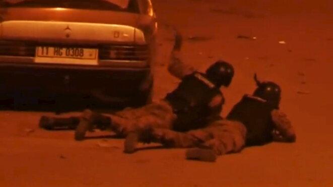 Forces de sécurité burkinabè après l'attaque. © Reuters