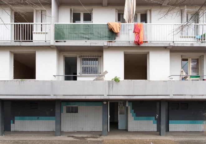 Aux Izards, les logements vidés sont aussitôt rendu inhabitables en détruisant les fenêtres. © Patrick Batard