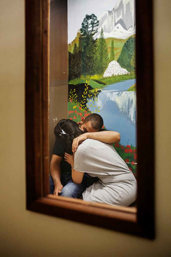 Un couple dans un box de parloir © Grégoire Korganow / CGLPL