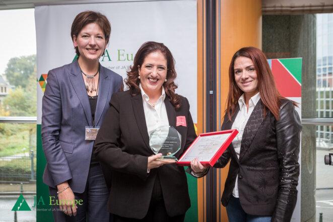 Angeliki Zissi à Bruxelles avec Caroline Jenner, directrice générale de Junior Achievement Europe (à gauche) et un membre du Parlement européen (à droite) © Junior Achievement Europe