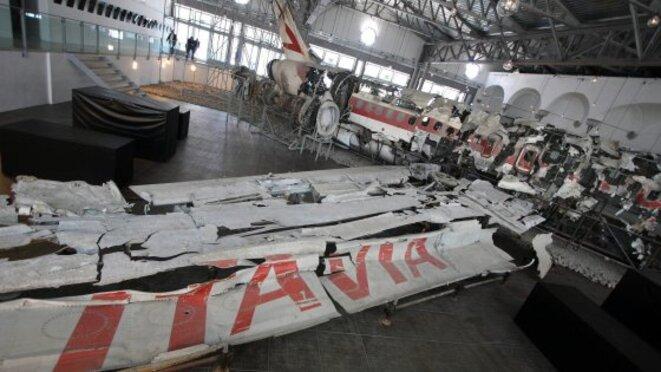 Les débris de l'avion rassemblés par les enquêteurs, dans un hangar, à Bologne. © La Reppublica