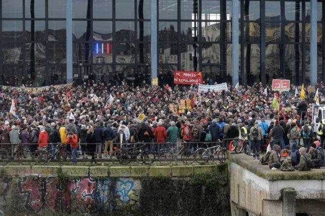 Devant le tribunal de Nantes (©Reuters).