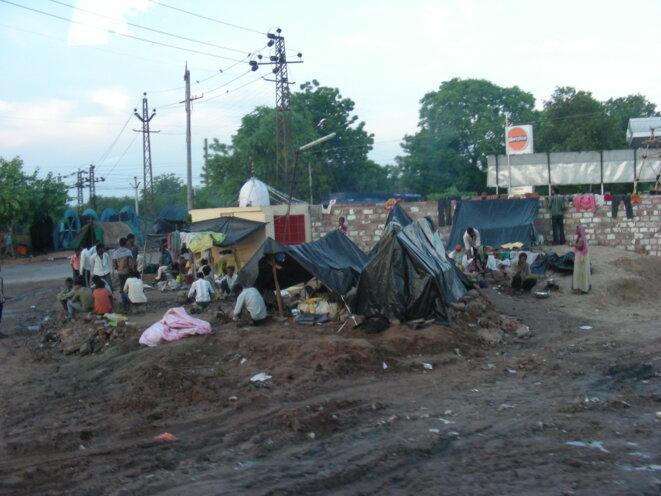 Campement en pleine ville en Inde [Photo YF]