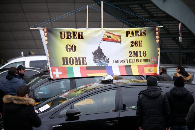 Les taxis manifestent Porte Maillot, à Paris, le 26 janvier © Reuters - Charles Platiau