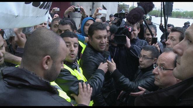 Les grévistes face à François Hollande pendant l'entre-deux tour de la présidentielle de 2012 © Les Films du Balibari