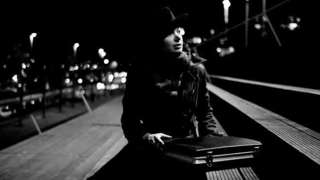 """Vanessa Krycève tenant """"cet obscur objet du désir"""" © Jean-Marie Villeneuve"""