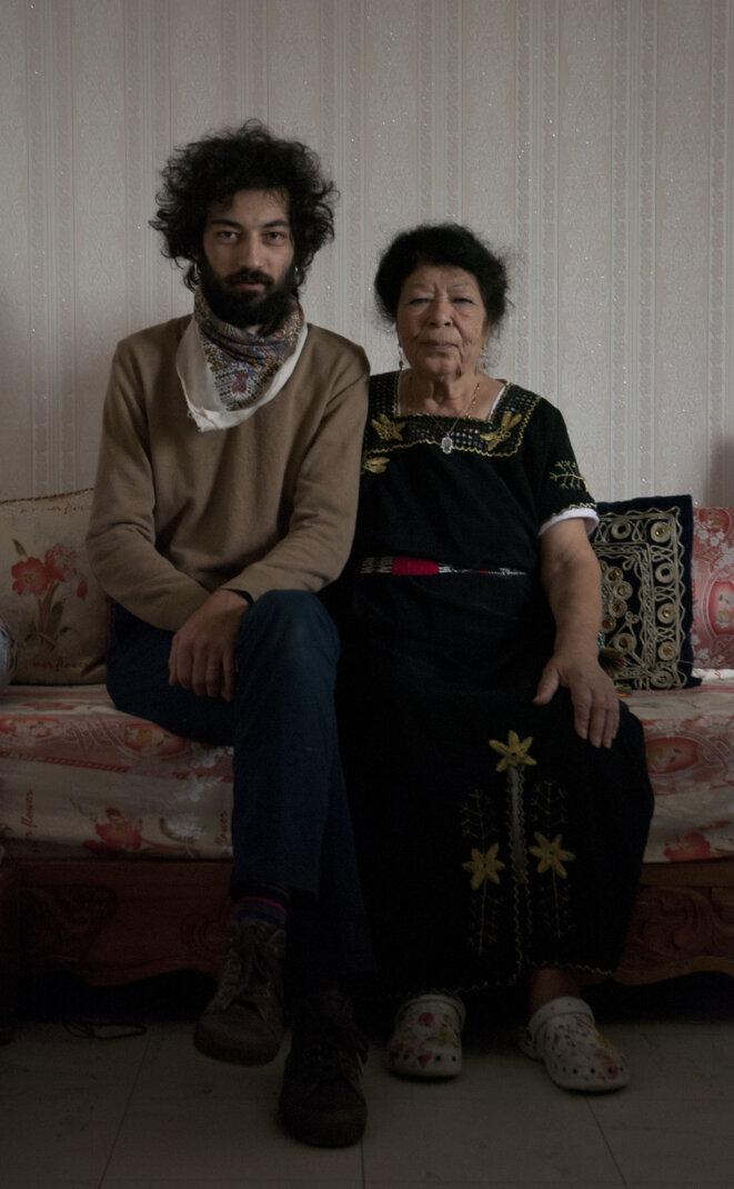 Le réalisateur Soufiane Adel et sa grand-mère Taklit Adel. © Soufiane Adel