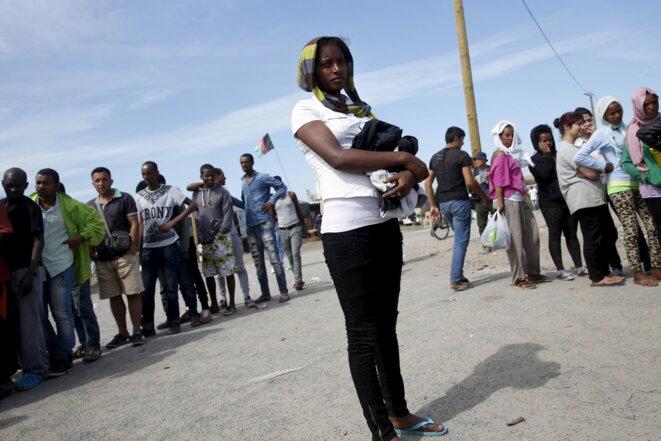 À Calais, lors d'une distribution de vêtements, le 9 août 2015. © Reuters