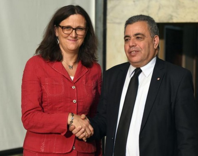 La commissaire au commerce Cecilia Malmström avec le ministre du commerce tunisien Ridha Lahouel, à Tunis, en octobre 2015. ©CE.