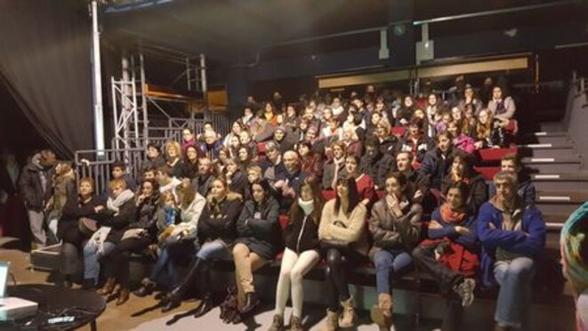 Les parents d'élèves assistent à la réunion publique menée par les enseignants © EquipePasteurLavelanet