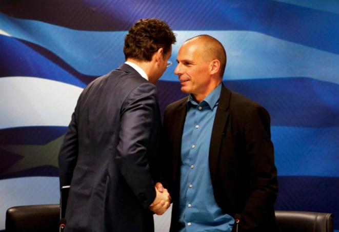 Yanis Varoufakis (à droite) serre la main du Néerlandais Jeroen Djisselbloem, président de l'Eurogroupe, à l'ouverture des négociations entre Bruxelles et Athènes (février 2015). © Reuters.