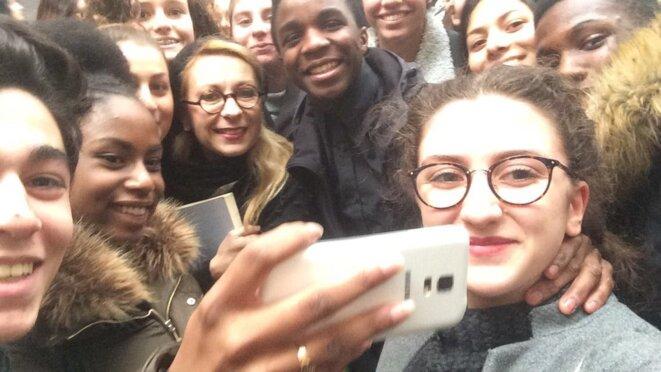 Nathalie Dessay entourée des élèves de 2nde9